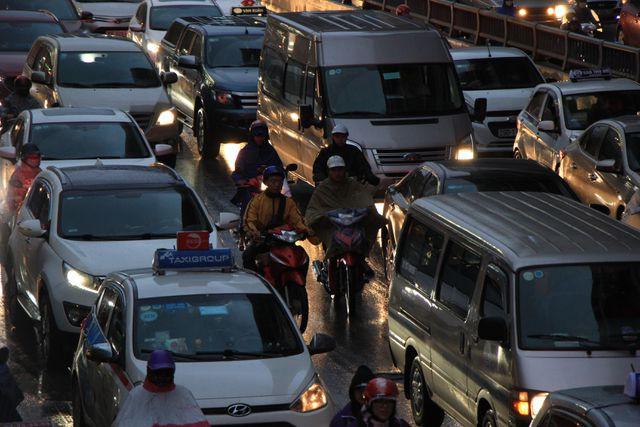Hà Nội: Mưa lạnh trút xuống giờ tan tầm, đường phố ùn tắc kinh hoàng - Ảnh 10.