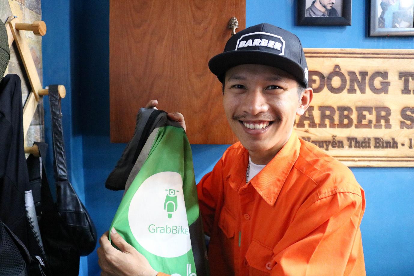 'Ngôi nhà màu cam' hớt tóc miễn phí cho hàng trăm tài xế mỗi ngày ở Sài Gòn - Ảnh 1.
