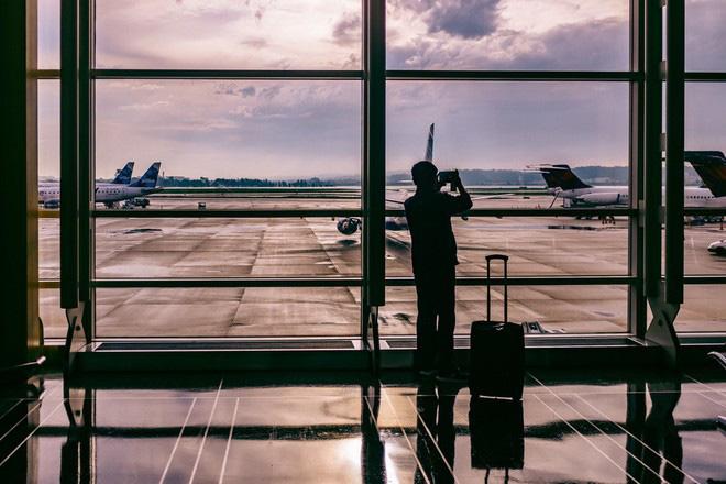 Bí quyết tránh mệt mỏi trên những chuyến bay dài - Ảnh 1.