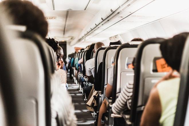 Bí quyết tránh mệt mỏi trên những chuyến bay dài - Ảnh 2.