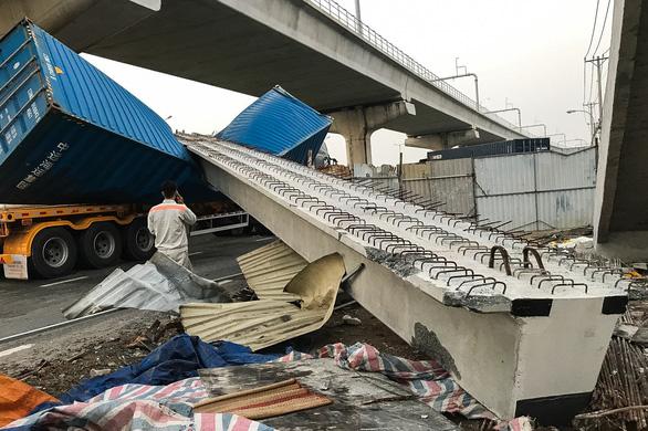 Dầm cầu vượt Suối Tiên va chạm với container rồi sập do chiều cao thấp hơn thiết kế - Ảnh 1.