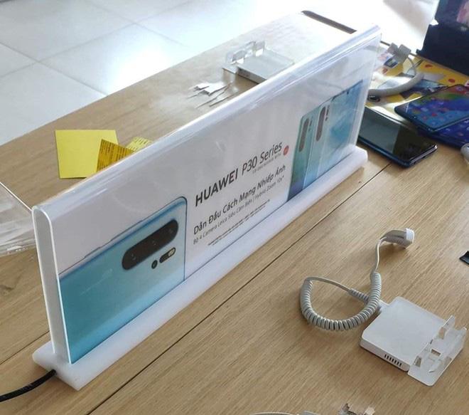 Nhiều cửa hàng tại Việt Nam gỡ bàn trải nghiệm điện thoại Huawei - Ảnh 1.