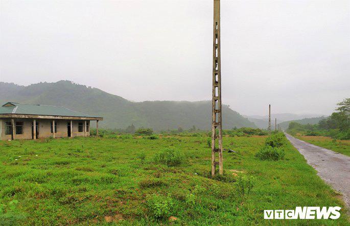 Khu tái định cư hàng chục tỉ đồng xây 10 năm chưa xong, dân làng chài ngao ngán dựng nhà tạm ven sông - Ảnh 1.