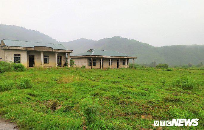 Khu tái định cư hàng chục tỉ đồng xây 10 năm chưa xong, dân làng chài ngao ngán dựng nhà tạm ven sông - Ảnh 2.