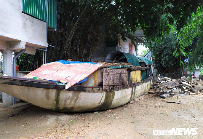 Khu tái định cư hàng chục tỉ đồng xây 10 năm chưa xong, dân làng chài ngao ngán dựng nhà tạm ven sông - Ảnh 4.