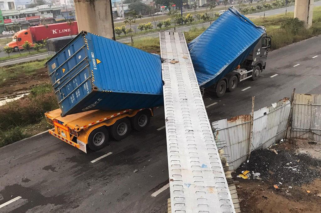 Toàn cảnh cầu bộ hành bị sập đè bẹp container ở TP HCM - Ảnh 4.
