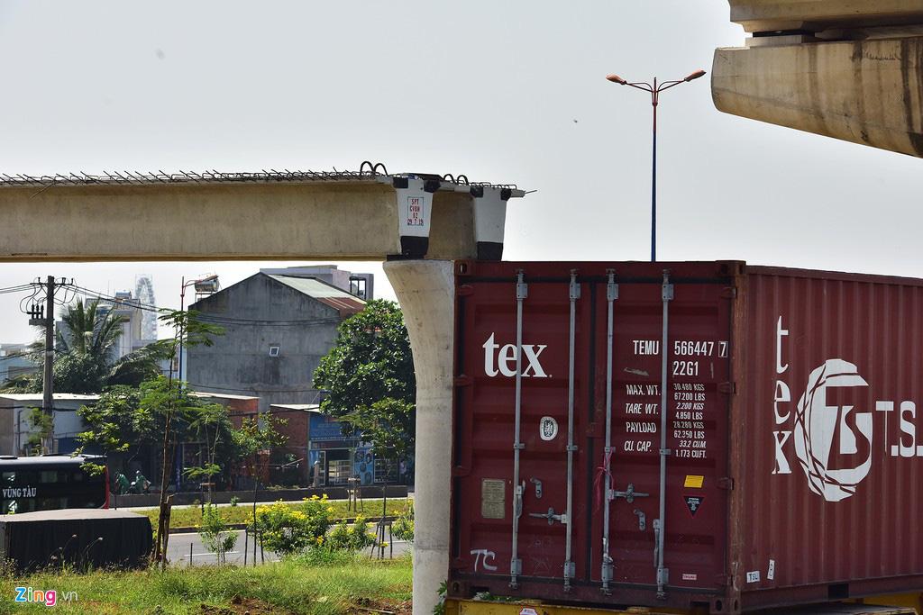 Toàn cảnh cầu bộ hành bị sập đè bẹp container ở TP HCM - Ảnh 9.