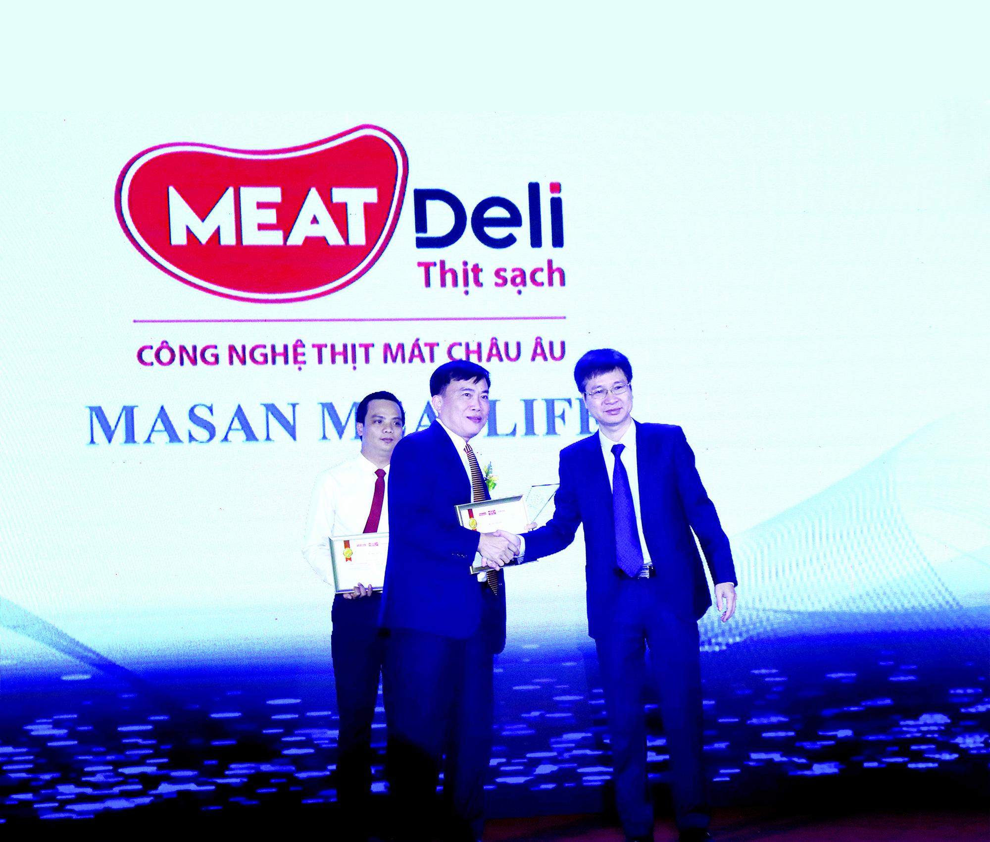 Ông Phạm Trung Lâm (trái) - Tổng Giám Đốc công ty Masan MEATLife nhận giải thưởng Tin & Dùng năm 2019
