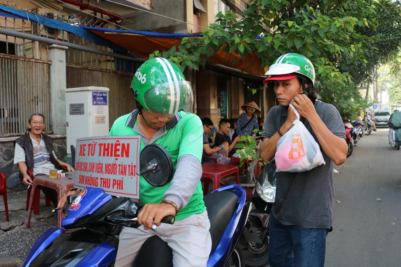 Chàng tài xế Grab và tấm bảng 'xe từ thiện chở học sinh, sinh viên, người tàn tật - 5 km không thu phí' - Ảnh 3.