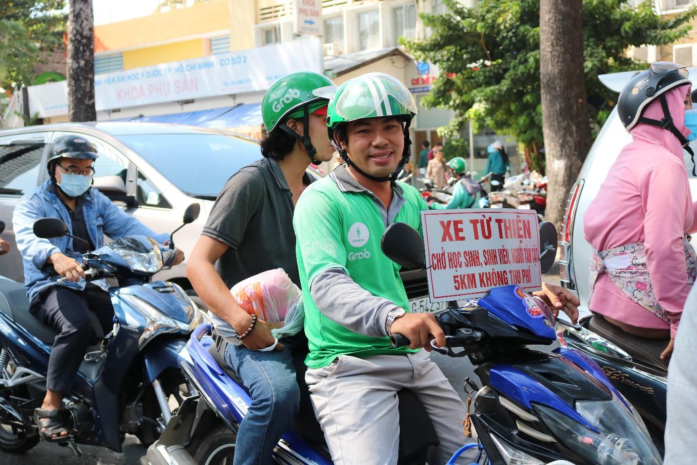 Chàng tài xế Grab và tấm bảng 'xe từ thiện chở học sinh, sinh viên, người tàn tật - 5 km không thu phí' - Ảnh 4.