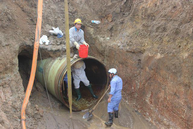 Ngừng cấp nước vì đường ống dẫn nước sạch sông Đà gặp sự cố - Ảnh 1.
