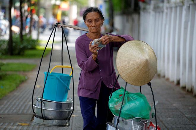 GS Đặng Hùng Võ: Tăng thuế để hạn chế dân di cư vào Hà Nội, TP HCM - Ảnh 1.