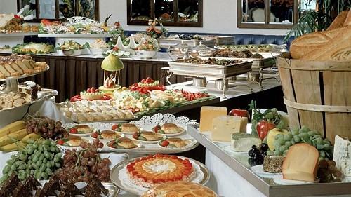 Lí do khách sạn luôn có buffet sáng miễn phí - Ảnh 1.