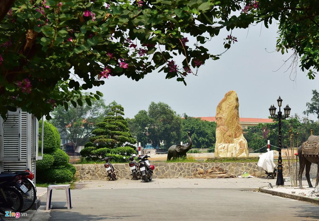 Người dân bị cách li với bờ sông Sài Gòn tại khu Thảo Điền - Ảnh 3.