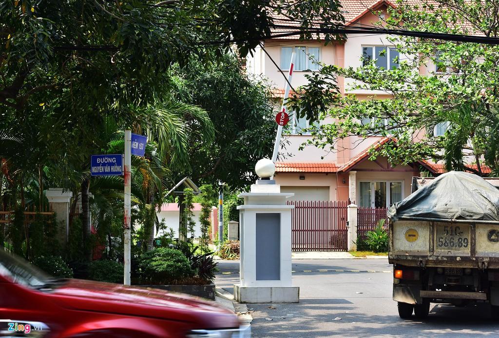 Người dân bị cách li với bờ sông Sài Gòn tại khu Thảo Điền - Ảnh 5.