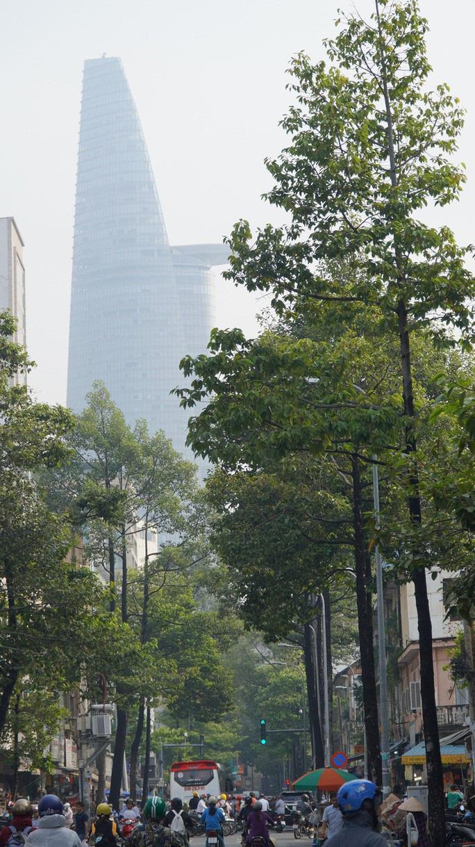 Nhiều tòa nhà cao tầng ở TP HCM biến mất trong sương mù - Ảnh 1.