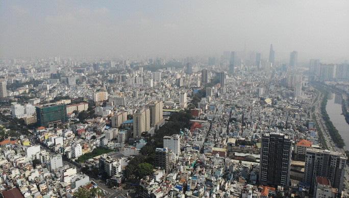 Nhiều tòa nhà cao tầng ở TP HCM biến mất trong sương mù - Ảnh 2.