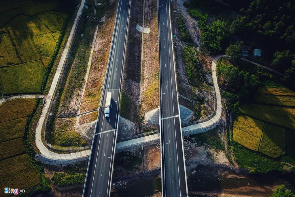 Vết toác dài trên đường dẫn cầu vượt cao tốc 34.500 tỉ - Ảnh 2.