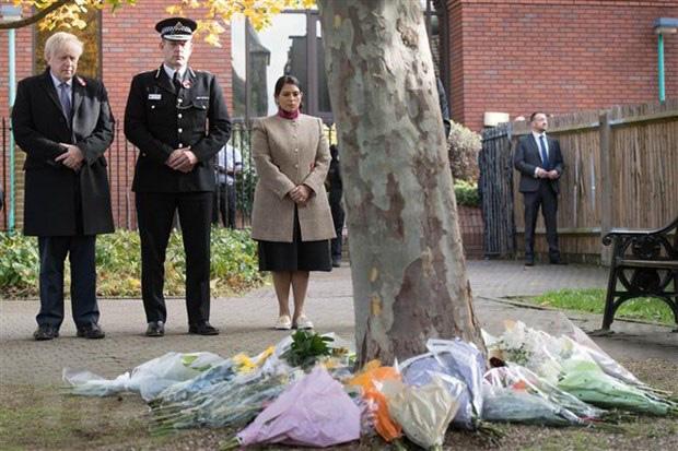 Thủ tướng chia buồn với gia đình 39 nạn nhân thiệt mạng trên container - Ảnh 1.