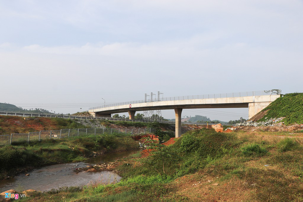 Vết toác dài trên đường dẫn cầu vượt cao tốc 34.500 tỉ - Ảnh 3.