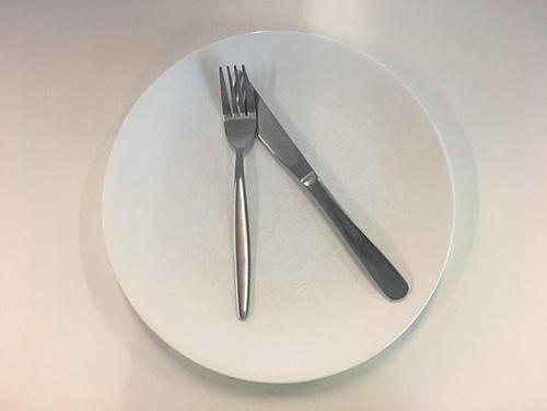 Ẩn ý sau cách xếp dao dĩa trên bàn ăn - Ảnh 1.