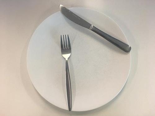 Ẩn ý sau cách xếp dao dĩa trên bàn ăn - Ảnh 2.