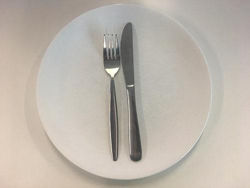 Ẩn ý sau cách xếp dao dĩa trên bàn ăn - Ảnh 3.
