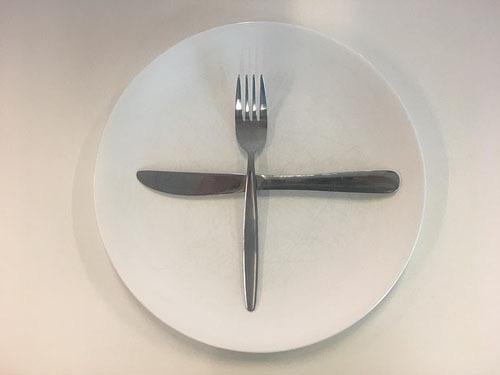 Ẩn ý sau cách xếp dao dĩa trên bàn ăn - Ảnh 4.