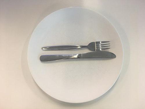 Ẩn ý sau cách xếp dao dĩa trên bàn ăn - Ảnh 5.