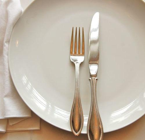 Ẩn ý sau cách xếp dao dĩa trên bàn ăn - Ảnh 7.