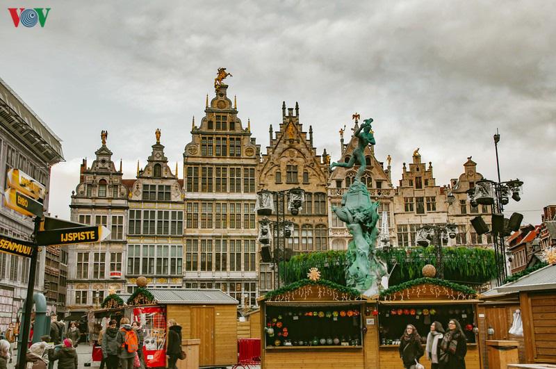 Không khí Noel rộn ràng tại các thành phố, làng cổ châu Âu - Ảnh 10.