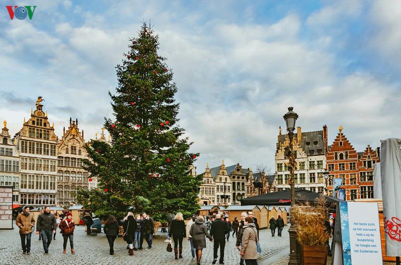 Không khí Noel rộn ràng tại các thành phố, làng cổ châu Âu - Ảnh 11.