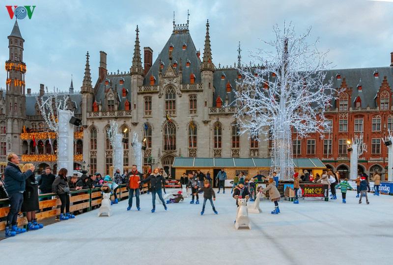 Không khí Noel rộn ràng tại các thành phố, làng cổ châu Âu - Ảnh 13.