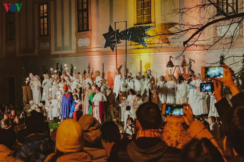 Không khí Noel rộn ràng tại các thành phố, làng cổ châu Âu - Ảnh 17.