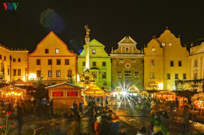 Không khí Noel rộn ràng tại các thành phố, làng cổ châu Âu - Ảnh 18.