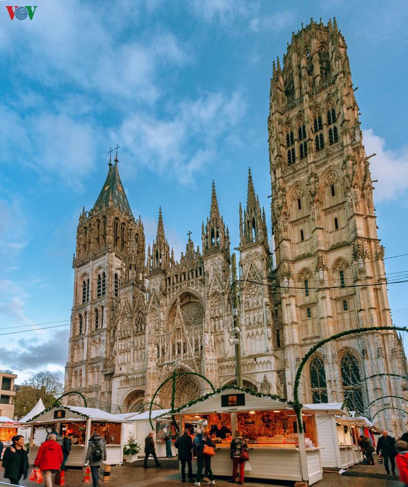 Không khí Noel rộn ràng tại các thành phố, làng cổ châu Âu - Ảnh 1.