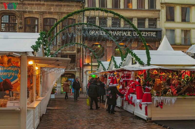 Không khí Noel rộn ràng tại các thành phố, làng cổ châu Âu - Ảnh 2.