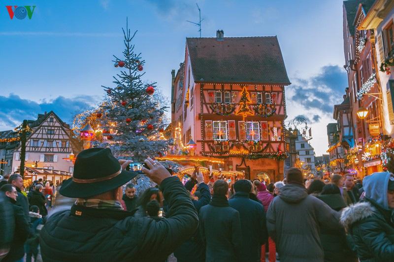 Không khí Noel rộn ràng tại các thành phố, làng cổ châu Âu - Ảnh 8.