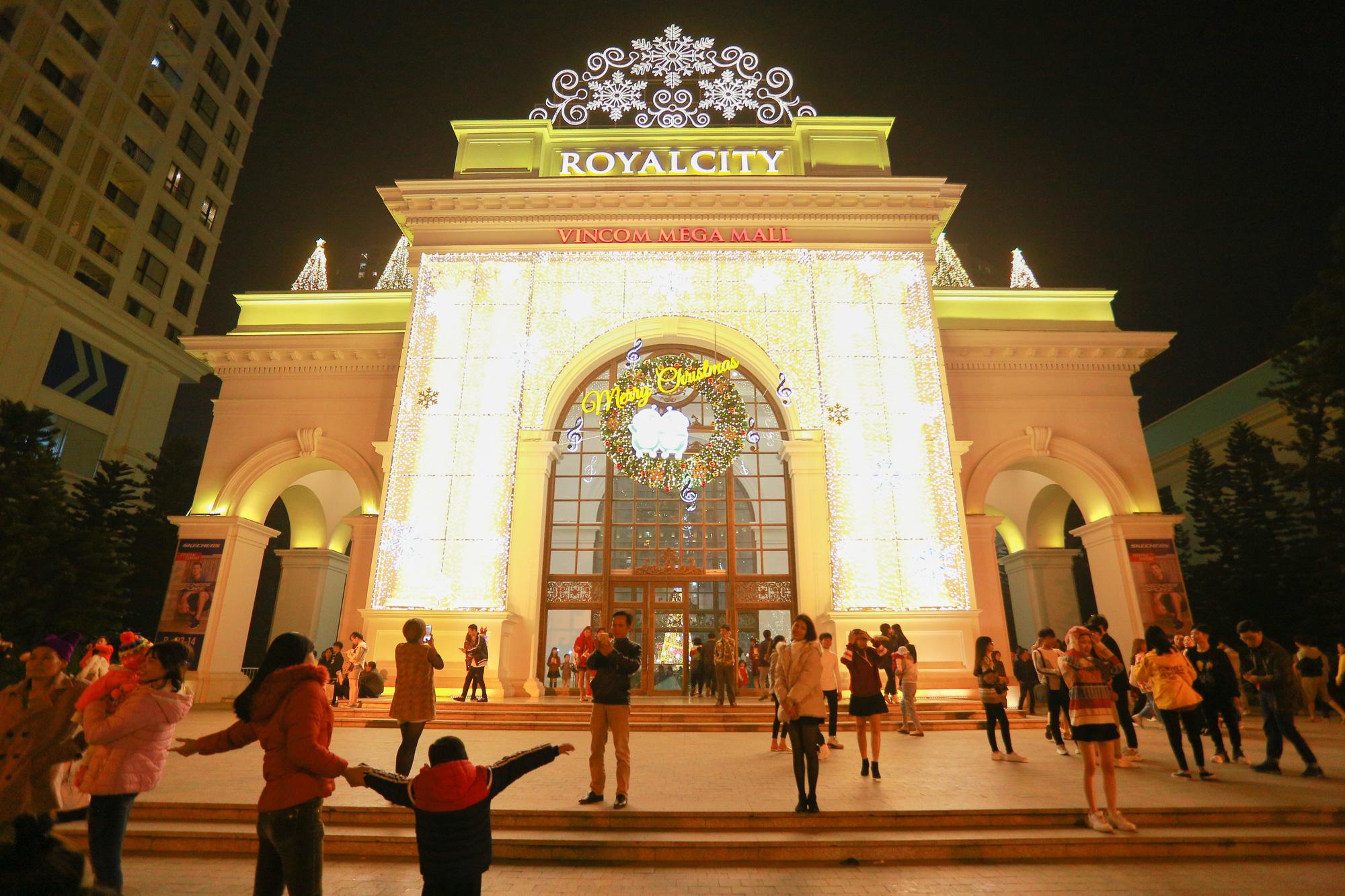 Hà Nội: Người dân đổ ra đường đón Giáng sinh, nhiều tuyến đường'tắc không lối thoát' - Ảnh 9.