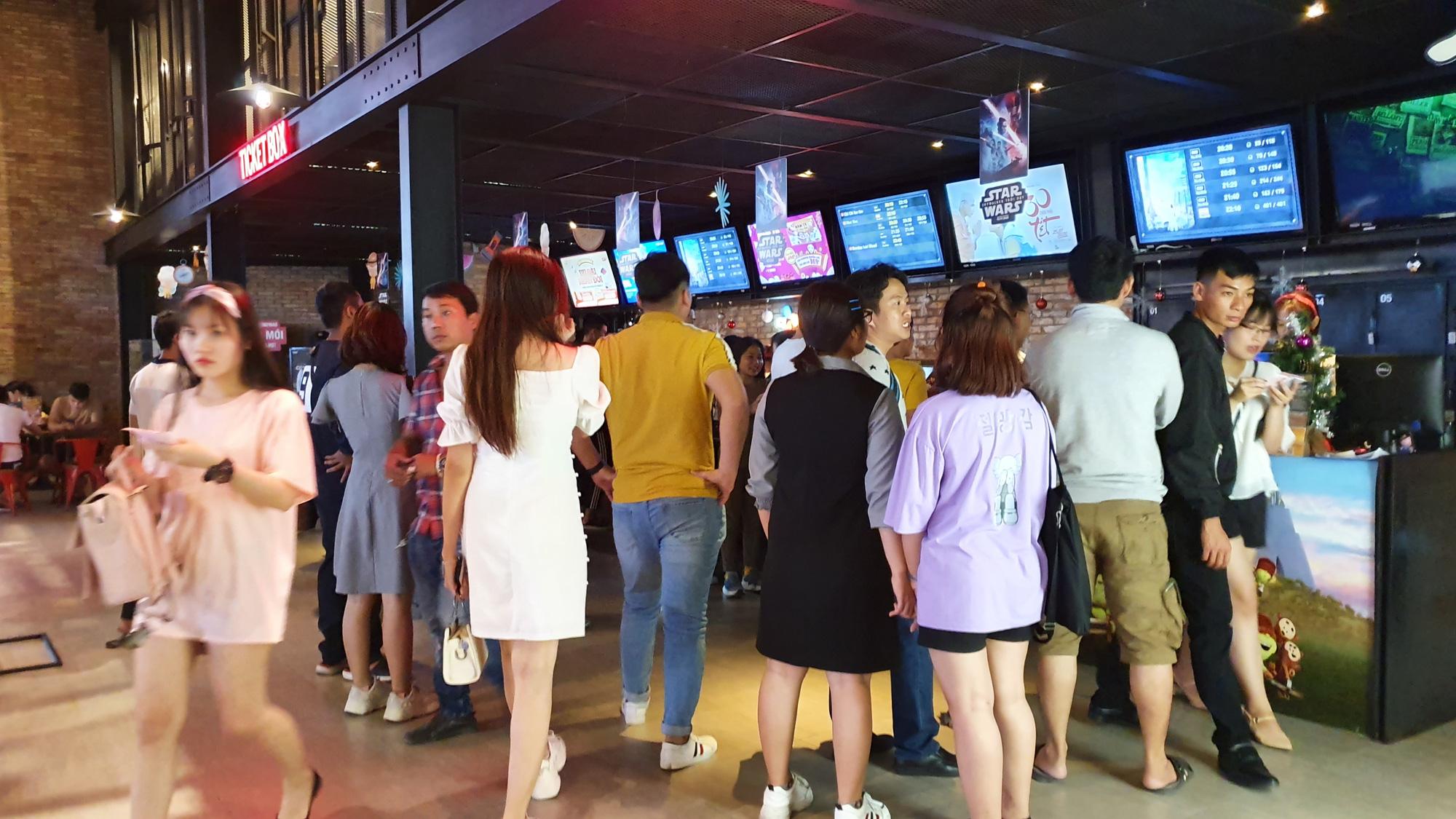 Người dân TP HCM kéo nhau đi săn sale, xem phim, uống trà sữa đến kẹt cứng đường - Ảnh 19.