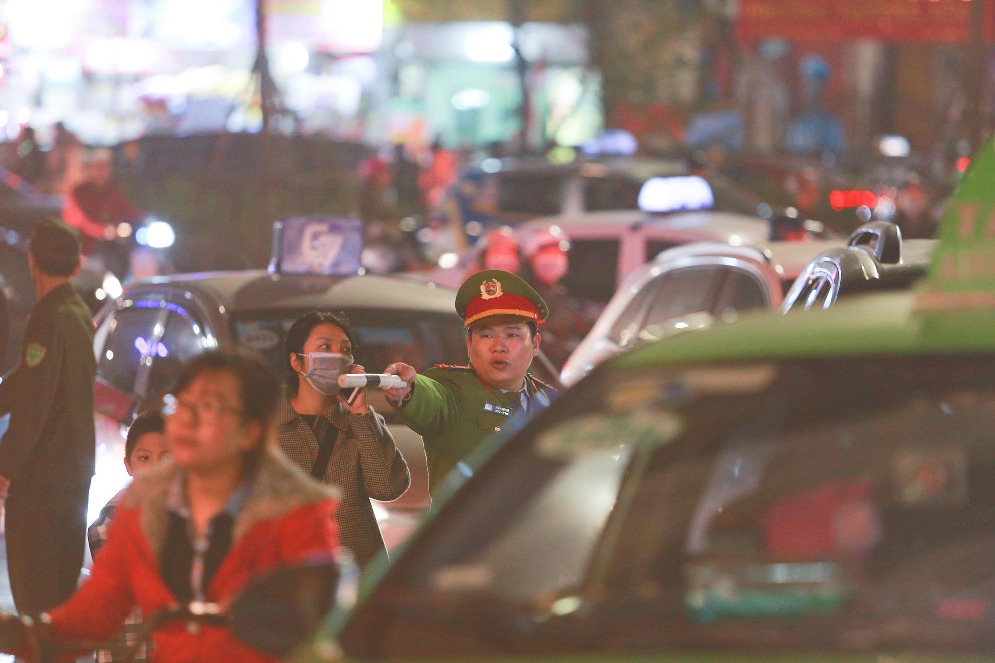 Hà Nội: Người dân đổ ra đường đón Giáng sinh, nhiều tuyến đường'tắc không lối thoát' - Ảnh 10.