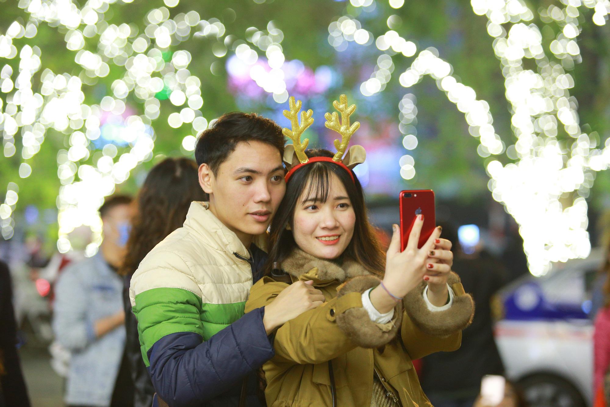 Hà Nội: Người dân đổ ra đường đón Giáng sinh, nhiều tuyến đường'tắc không lối thoát' - Ảnh 11.