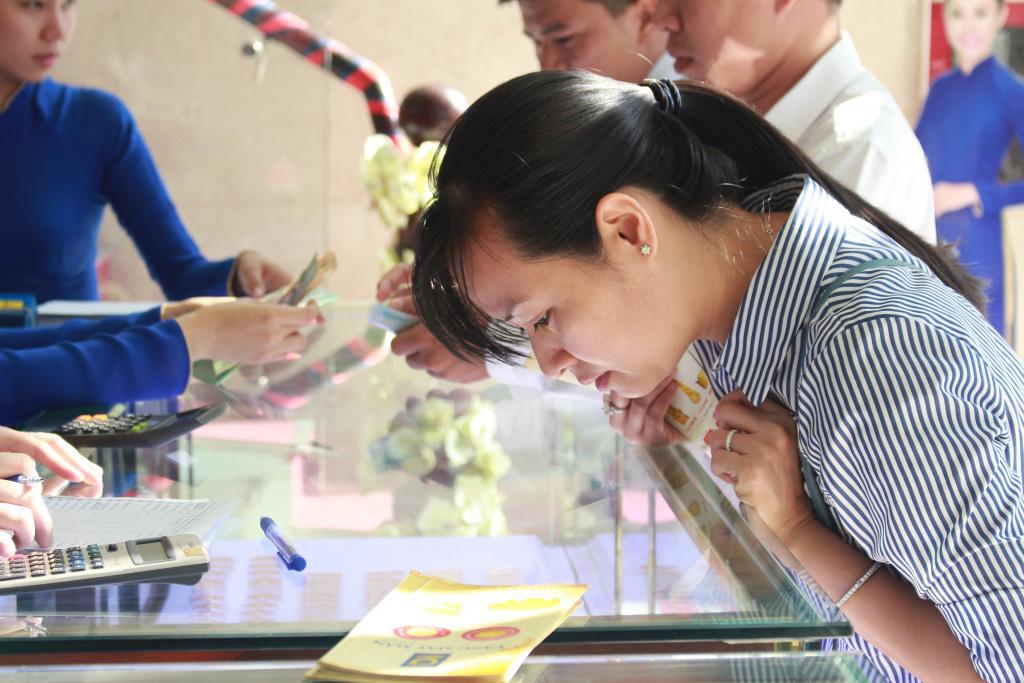 Vàng miếng SJC tăng mạnh sau nhiều tháng, tiệm vàng đồng loạt giảm giá tiền triệu mừng Giáng sinh - Ảnh 1.