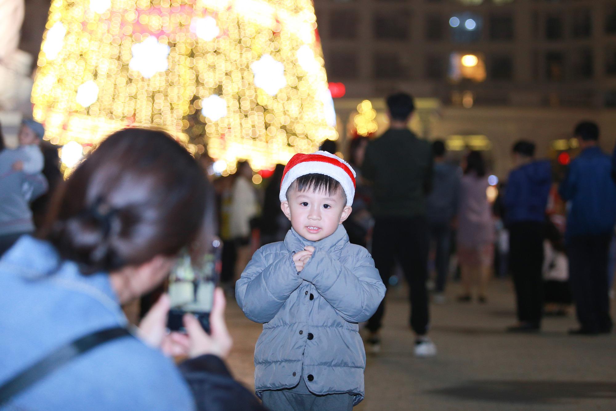 Hà Nội: Người dân đổ ra đường đón Giáng sinh, nhiều tuyến đường'tắc không lối thoát' - Ảnh 12.