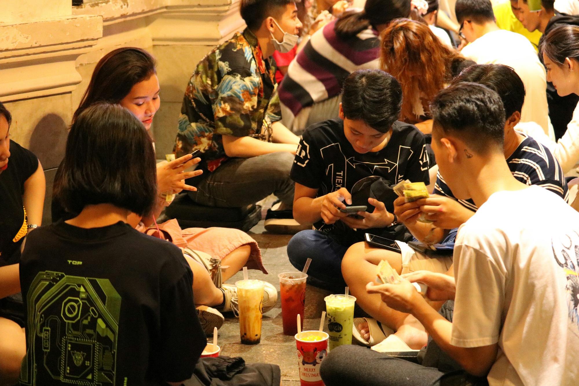 Người dân TP HCM kéo nhau đi săn sale, xem phim, uống trà sữa đến kẹt cứng đường - Ảnh 10.