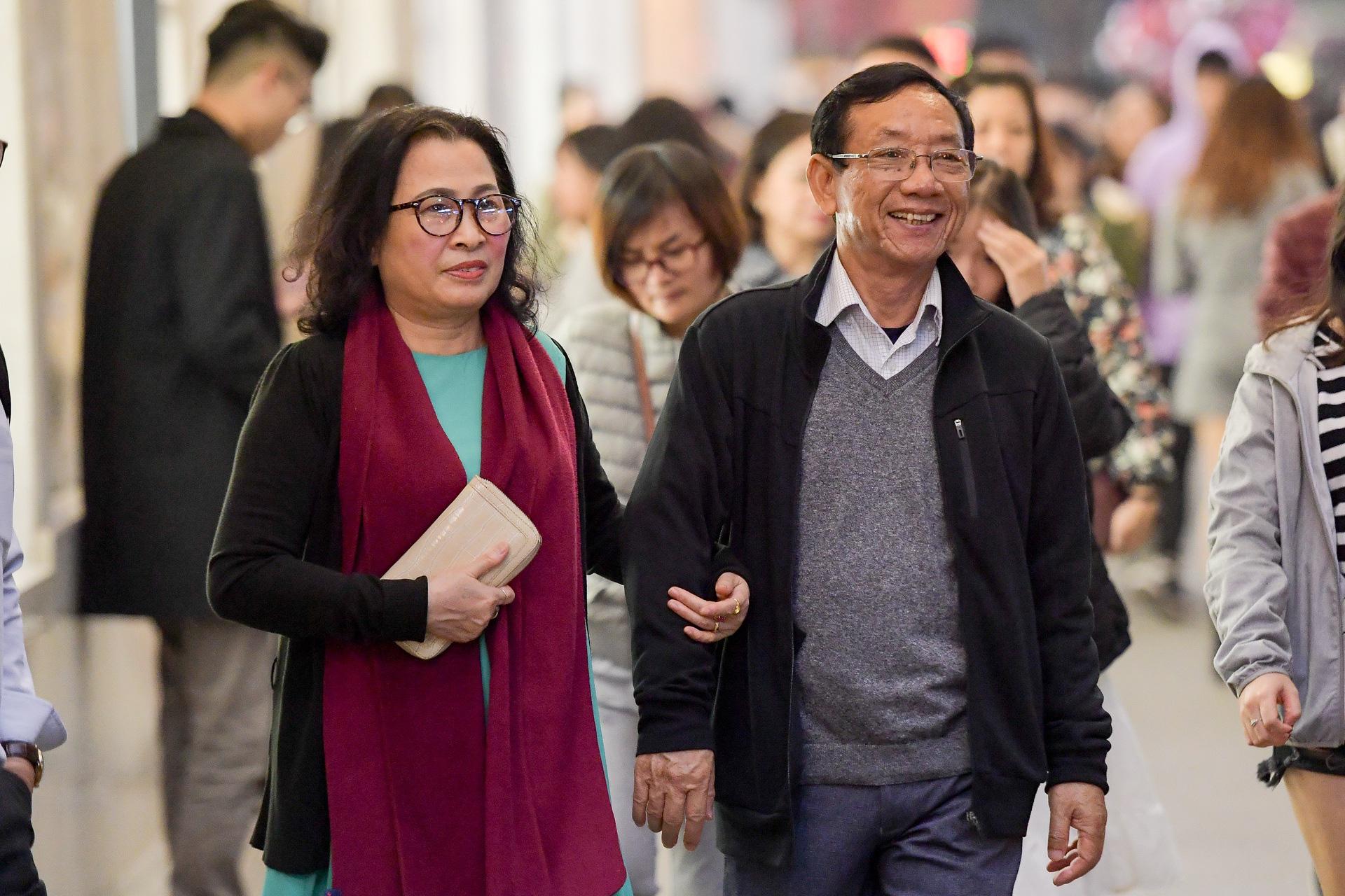 Hà Nội: Người dân đổ ra đường đón Giáng sinh, nhiều tuyến đường'tắc không lối thoát' - Ảnh 7.