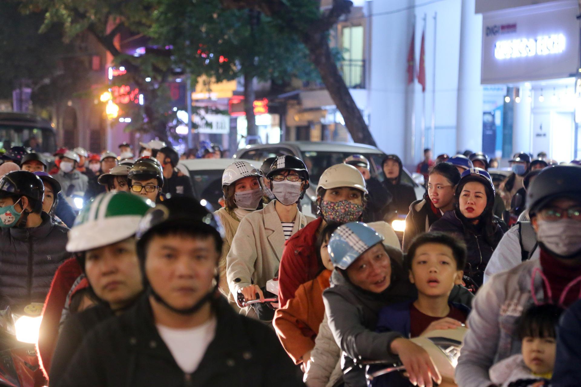 Hà Nội: Người dân đổ ra đường đón Giáng sinh, nhiều tuyến đường'tắc không lối thoát' - Ảnh 13.