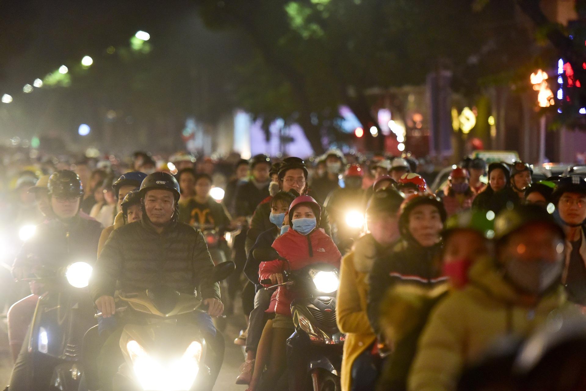 Hà Nội: Người dân đổ ra đường đón Giáng sinh, nhiều tuyến đường'tắc không lối thoát' - Ảnh 3.