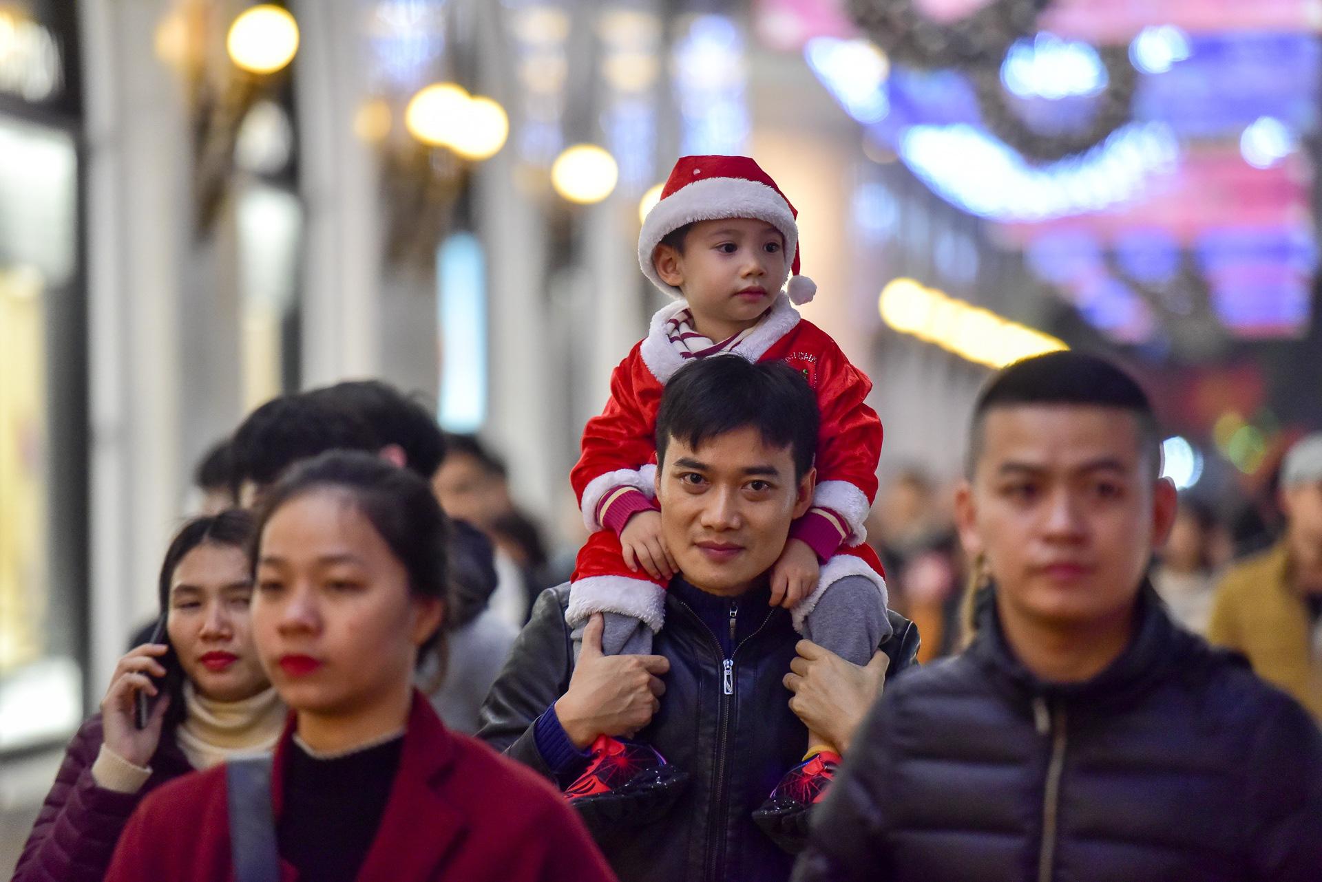Hà Nội: Người dân đổ ra đường đón Giáng sinh, nhiều tuyến đường'tắc không lối thoát' - Ảnh 5.