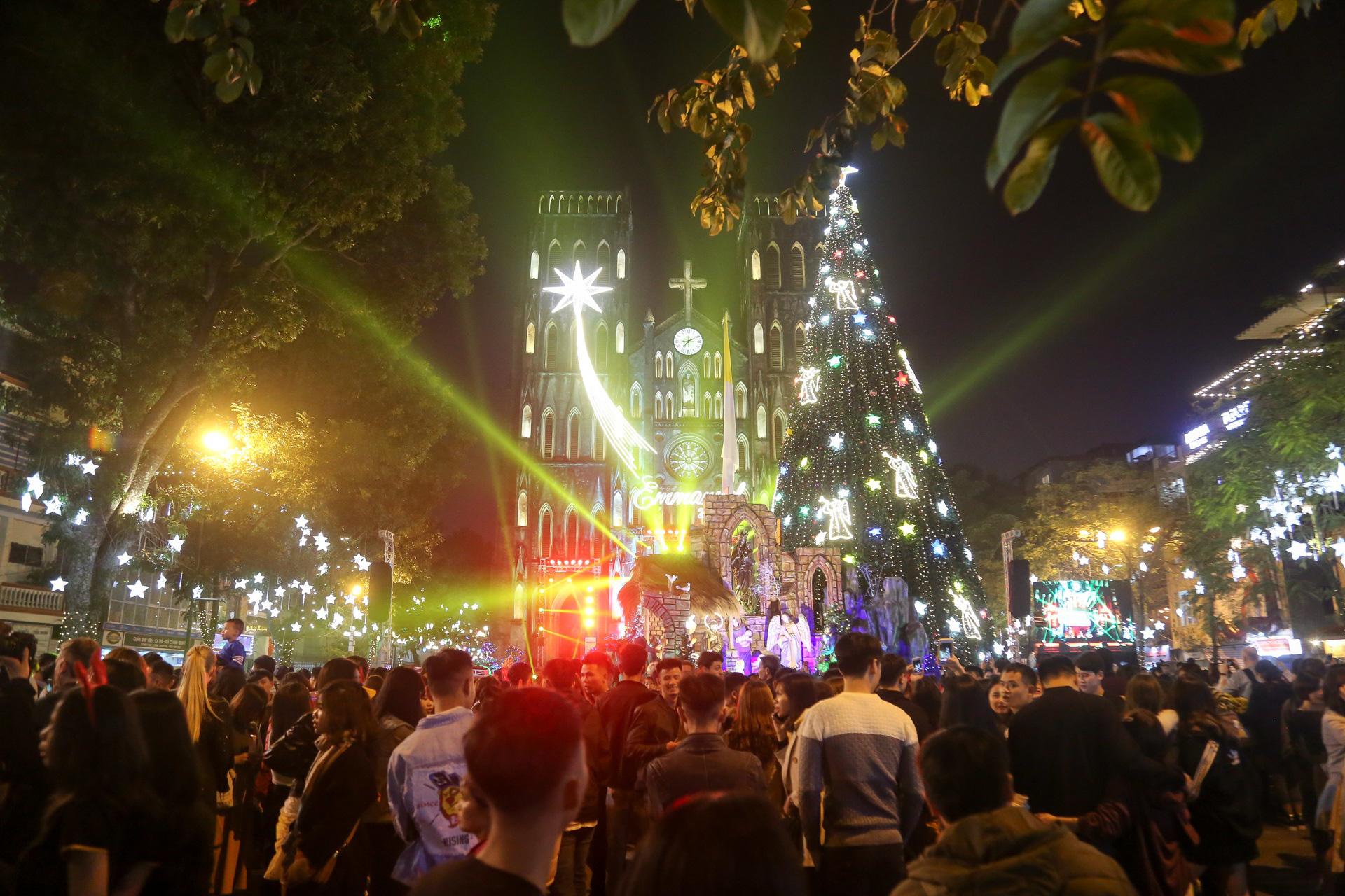 Hà Nội: Người dân đổ ra đường đón Giáng sinh, nhiều tuyến đường'tắc không lối thoát' - Ảnh 2.